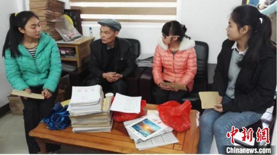 2016年2月26日,黄富荣在融安高中捐资助学并与学生交流。 受访者供图