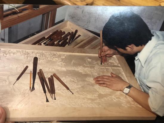 图为1986年,胡建能在加拿大创作照片。 林波 摄
