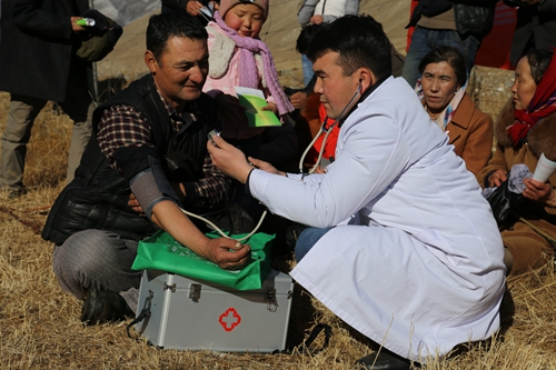 12月7日,昭苏县喀拉苏镇卫生院医生正在为沿途牧场到牧民免费检查身体。