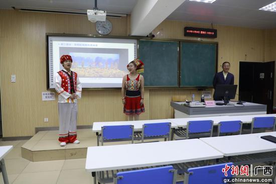 壮族学生展示民族服饰并表演山歌对唱。韦仁祖 摄