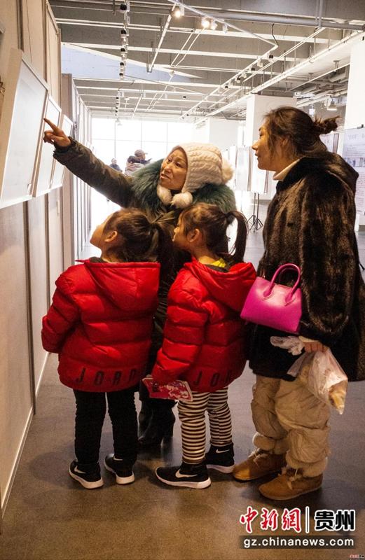 12月7日,那山那水那人-哈尔滨师范大学传媒学院2017级影像艺术系郎德苗寨实习展在哈尔滨市西城红场艺术港开幕。