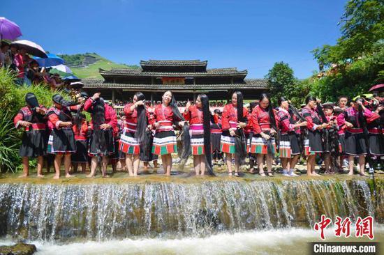 图为桂林市龙胜各族自治县龙脊镇大寨村,瑶族民众在展示长发梳妆。 潘志祥 摄
