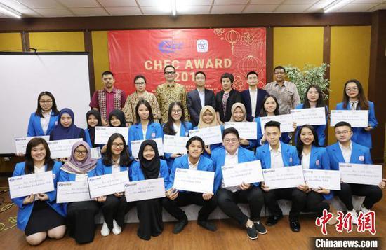 """第八届印尼总统大学""""中国港湾奖学金""""颁发"""