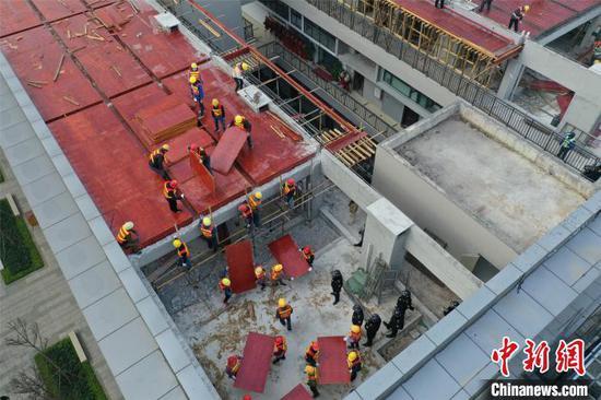 """图为航拍民众""""集资""""建设违建。 邓湖广 摄"""
