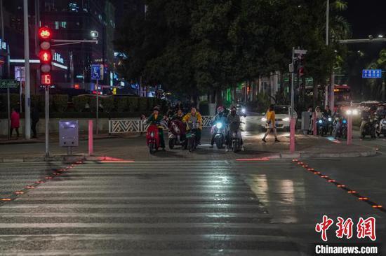 """南宁正式启用""""发光斑马线""""。 陈冠言 摄"""