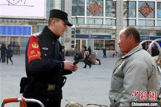 民警向旅客進行反倒票、防假票安全宣傳。 貴鐵警方供圖