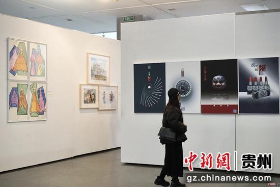 2019贵阳学院美术学院教师作品展在贵阳美术馆开展  李婧 摄