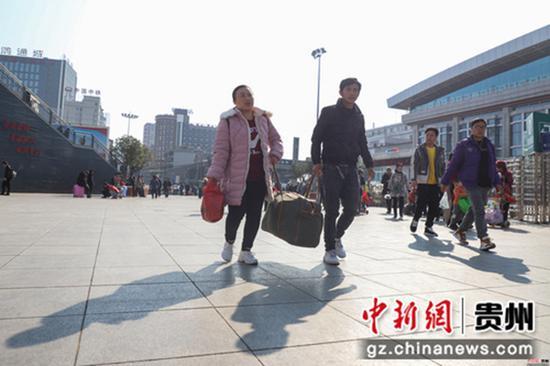 12月12日,貴陽火車站,旅客走進售票大廳。當日,2020年鐵路春運火車票正式開售,2020年鐵路春運自1月10日持續至2月18日,共40天。據預計,春運期間全國鐵路發送旅客人次同比將增長8.0%,達到4.4億人次。