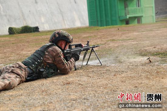 图为毕节片区,特战队员在进行机枪对集团目标射击。 黄乐康 摄
