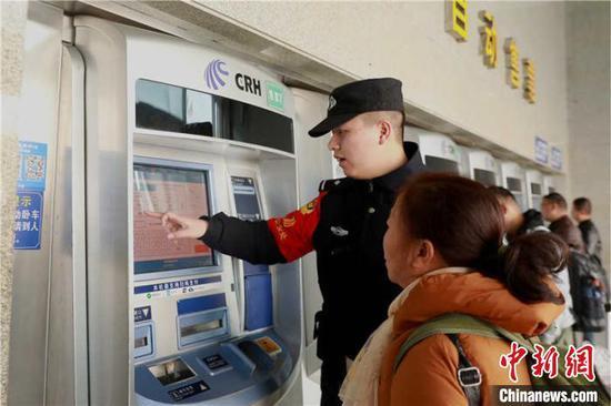 民警幫助旅客在自動售票機上進行購票。 貴鐵警方供圖