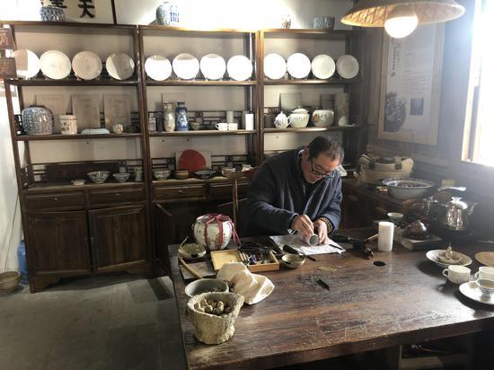 """浙江手藝人傳承古老釘碗技藝 讓瓷器""""復活"""