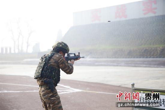 图为遵义片区,特战队员在进行射击考核。 肖静 摄