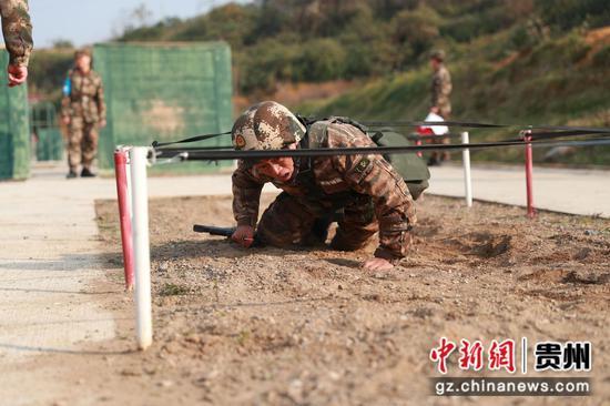 图为毕节片区,特战队员在进行实装通过200米障碍。  何昆 摄