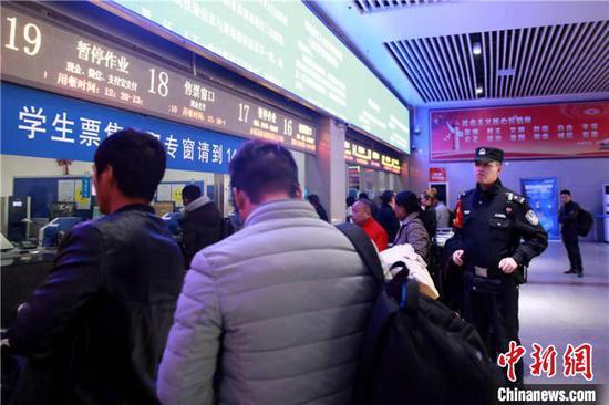 民警在火車站售票廳做好維序工作。 貴鐵警方供圖