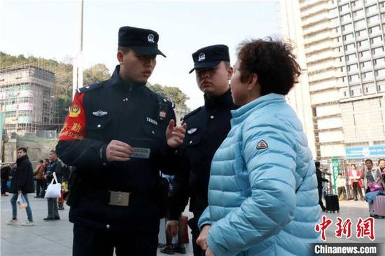 民警向旅客宣講辨別車票真偽常識。 貴鐵警方供圖
