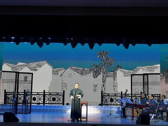 金一戈表演杭州小热昏《杭州奇案》。  童笑雨 摄
