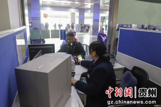 12月12日,貴陽火車站,旅客在購買火車票。當日,2020年鐵路春運火車票正式開售,2020年鐵路春運自1月10日持續至2月18日,共40天。據預計,春運期間全國鐵路發送旅客人次同比將增長8.0%,達到4.4億人次。
