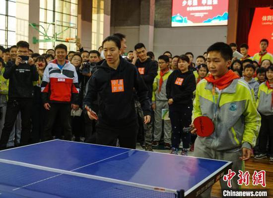 世界冠军和同学们一起打乒乓球。 唐梦宪 摄