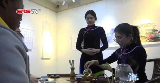 哈萨克斯坦女生爱上中国茶艺 回国后想开火锅店