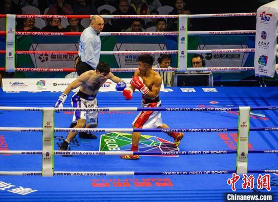 陈健恒(右)迎战亚美尼亚选手捷维基扬·阿斯豪。 唐梦宪 摄