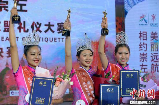 获得冠军的何松蔓(中)及分别获得亚军和季军的于雪婷、杨蕊萌。 蒋雪林 摄