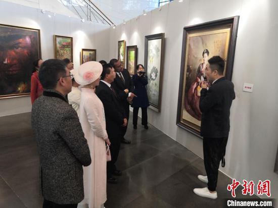 图为观众参观《惟美无界——当代朝鲜美术精品展》 杨陈 摄