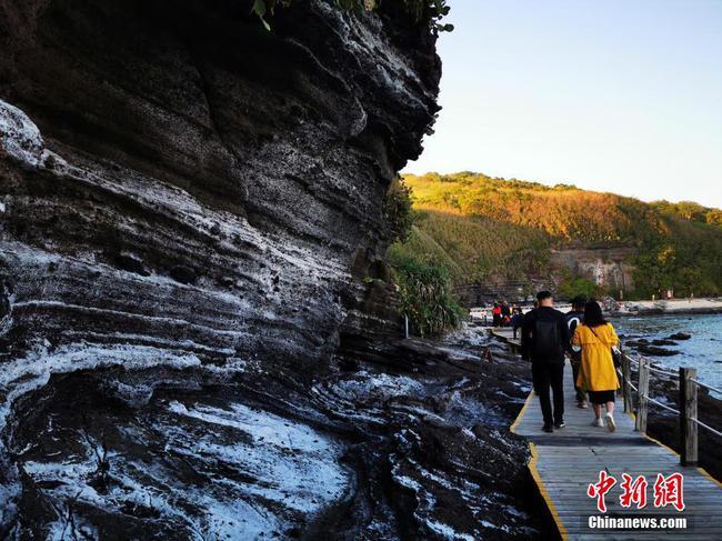 广西北海涠洲岛火山岩被海盐附体如雪景