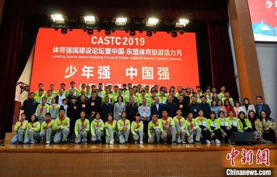 12月12日,体育明星与广西师范大学附属外国语学校的师生们合影。 唐梦宪 摄