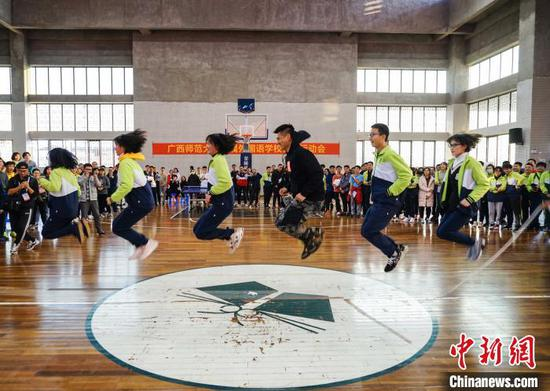 12月12日,奥运会羽毛球冠军傅海峰与同学们开展体育互动。 唐梦宪 摄