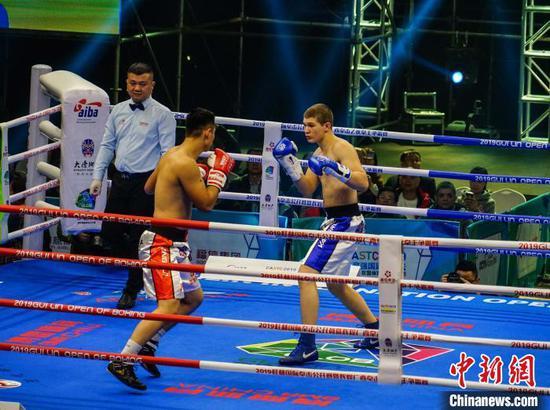 91公斤级比赛哈萨克斯坦的杜布拉文?德米特里(右)大战蒙古选手卡里?比克努尔。 唐梦宪 摄