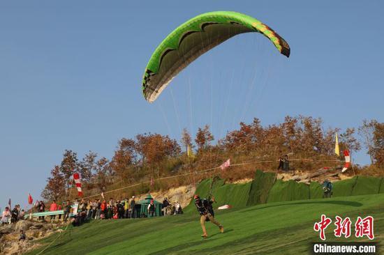 图为滑翔伞运动员从放飞坪起飞。 瞿宏伦 摄