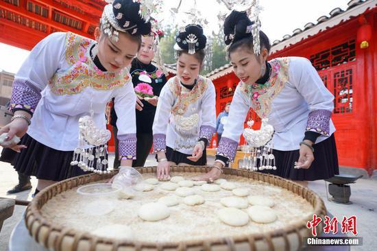 12月13日,侗族民众包糍粑过侗年。当日是贵州省榕江县乐里七十二侗寨侗族民众欢庆侗族新年的日子。中新社记者 贺俊怡 摄