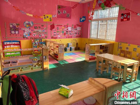 图为孩子在享用营养餐。 刘鹏 摄