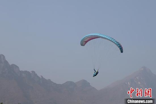图为滑翔伞运动员在比赛中。 瞿宏伦 摄