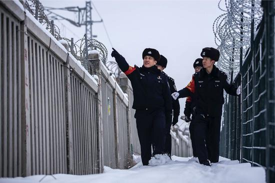 乌鲁木齐铁警雪中巡线保安全