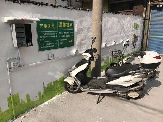 """电动车充电配好""""安全阀""""。章丹萍 摄"""
