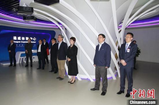 資料圖:貴州省招商引資工作組一行考察四川企業。 寧南 攝