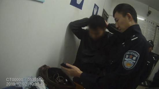 小偷被抓时还在解锁盗得手机密码。吴兴公安提供