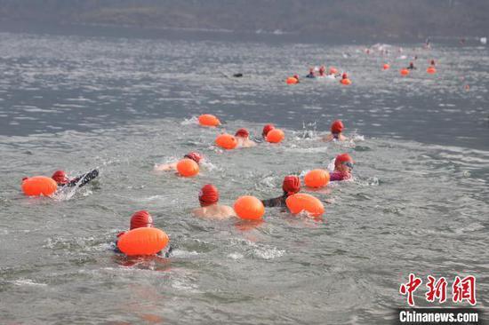 圖為參賽選手在進行游泳項目?!■暮陚悺z