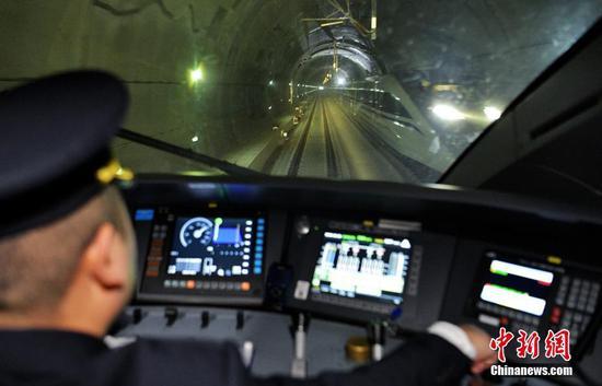 12月16日,随着开往成都南的C6008次动车驶出贵阳北高铁站,标志着成都至贵阳高铁(简称成贵高铁)宜宾至贵阳段开通运营,成贵高铁全线通车,成都与贵阳两个省会城市最快2小时58分可达。图为成都东至贵阳北的C6041次列车在贵州大方境内与贵阳北首发的C6008交汇。中新社记者 刘忠俊 摄