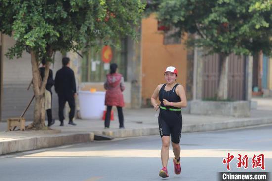 圖為參賽選手在進行跑步項目?!■暮陚?攝