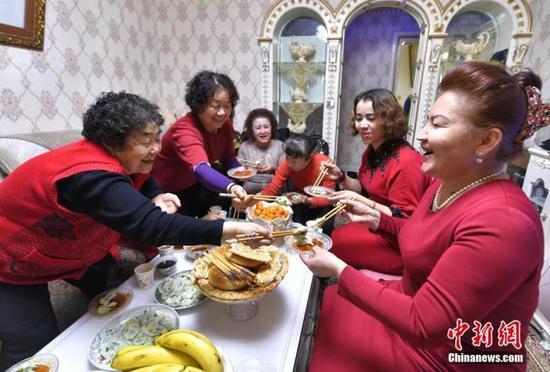 """新疆喀什:""""家有好邻""""点点滴滴编织民族团结的""""花环"""""""