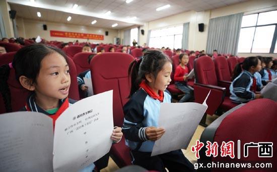 """11月27日,广西""""经典下基层""""活动之二——知名主持人走进南宁市五象新区第二实验小学。"""