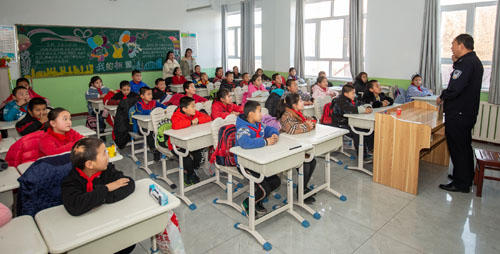 由边境派出所业务民警为辖区学校学生开展安全专题讲座