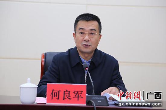 图为崇左市委副书记、市长何良军主持会议。
