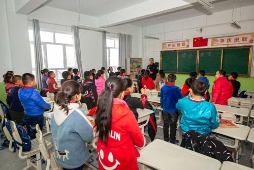 """边境派出所民警为学生们讲解""""六个安全意识""""的重要性,并通过儿歌、打油诗的形式引导学生们牢记于心"""