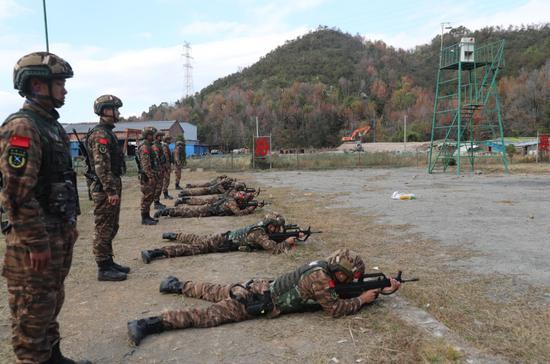"""图为:武警台州支队""""魔鬼周""""极限训练。章朝晖 摄"""