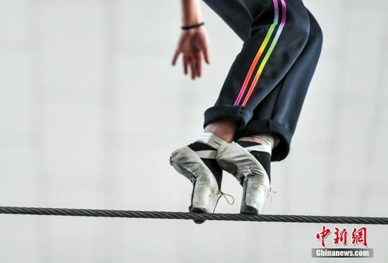 """新疆达瓦孜艺人6米高空绳索""""跳""""芭蕾"""