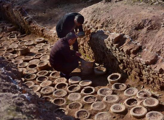 图为:武义县文物保护管理所工作人员在溪里窑址考古发掘现场,详细介绍窑址情况。张建成 摄