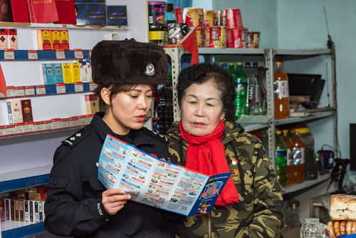 伊犁边境管理支队民警莱扎提向辖区商铺经营人员宣讲防电信诈骗常识